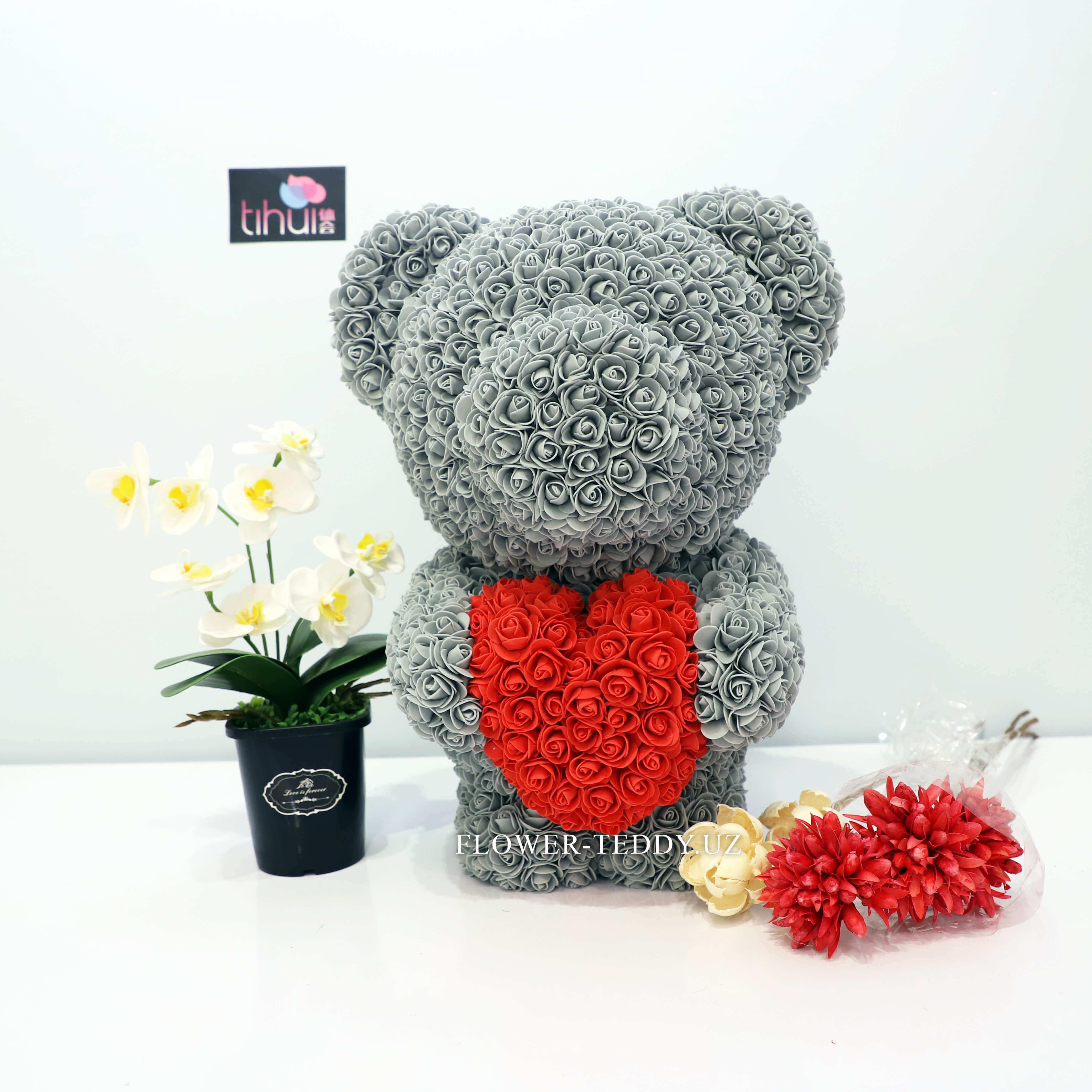 Дымчатый мишка из роз с красным сердцем - 55 см